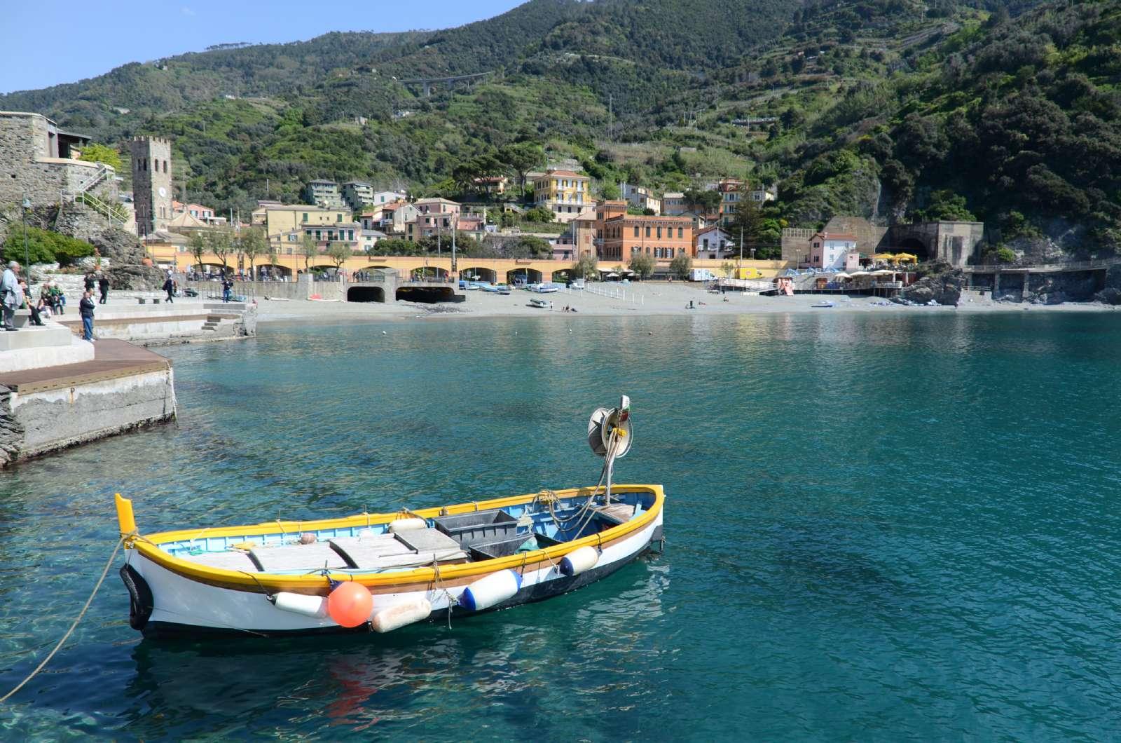 Farverig jolle i Monterosso