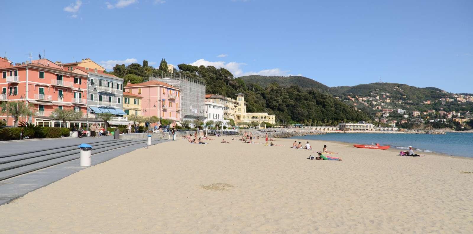 Den inbjudande stranden i San Terenzo