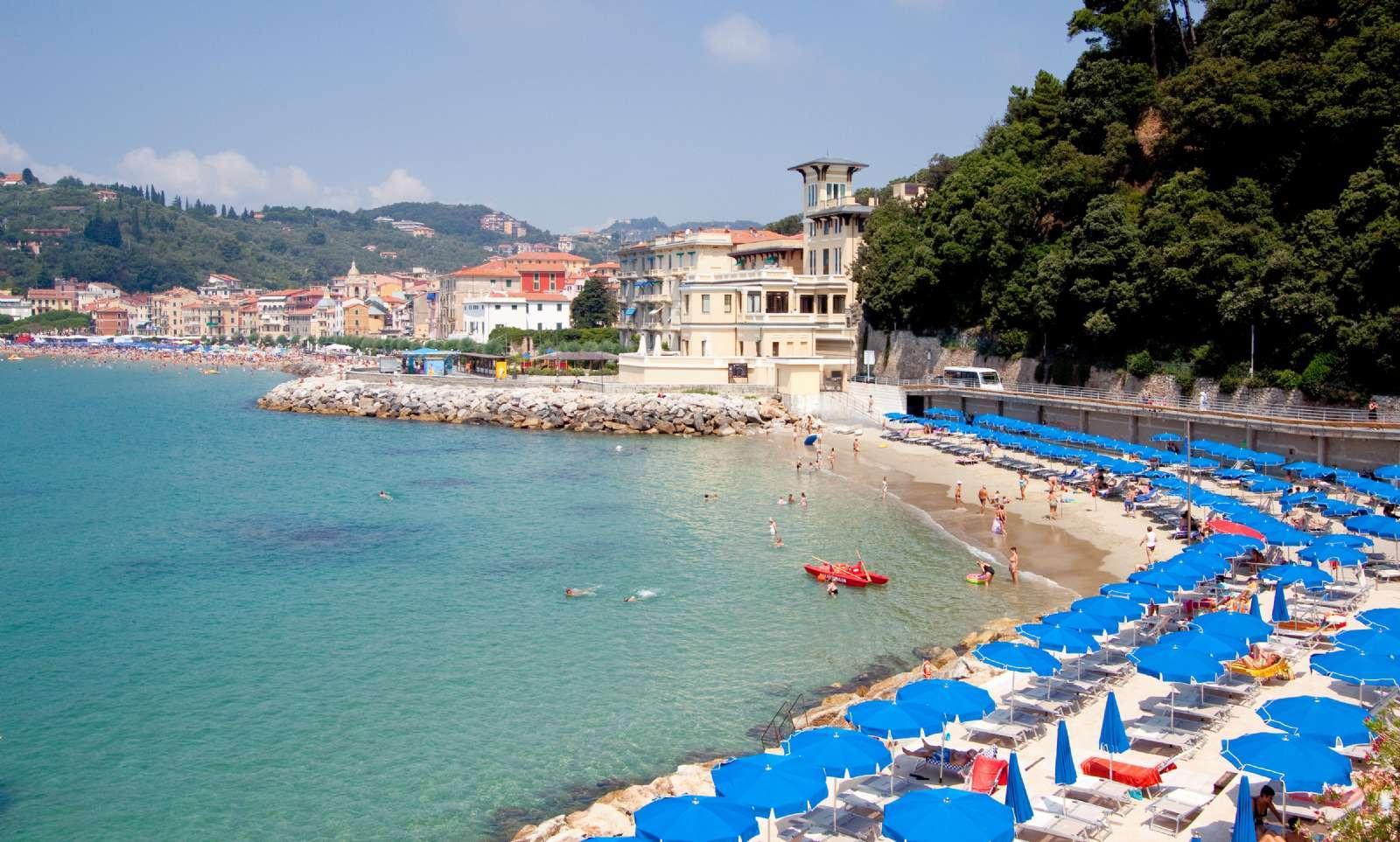 Utsikt från hotellet över den privata stranden