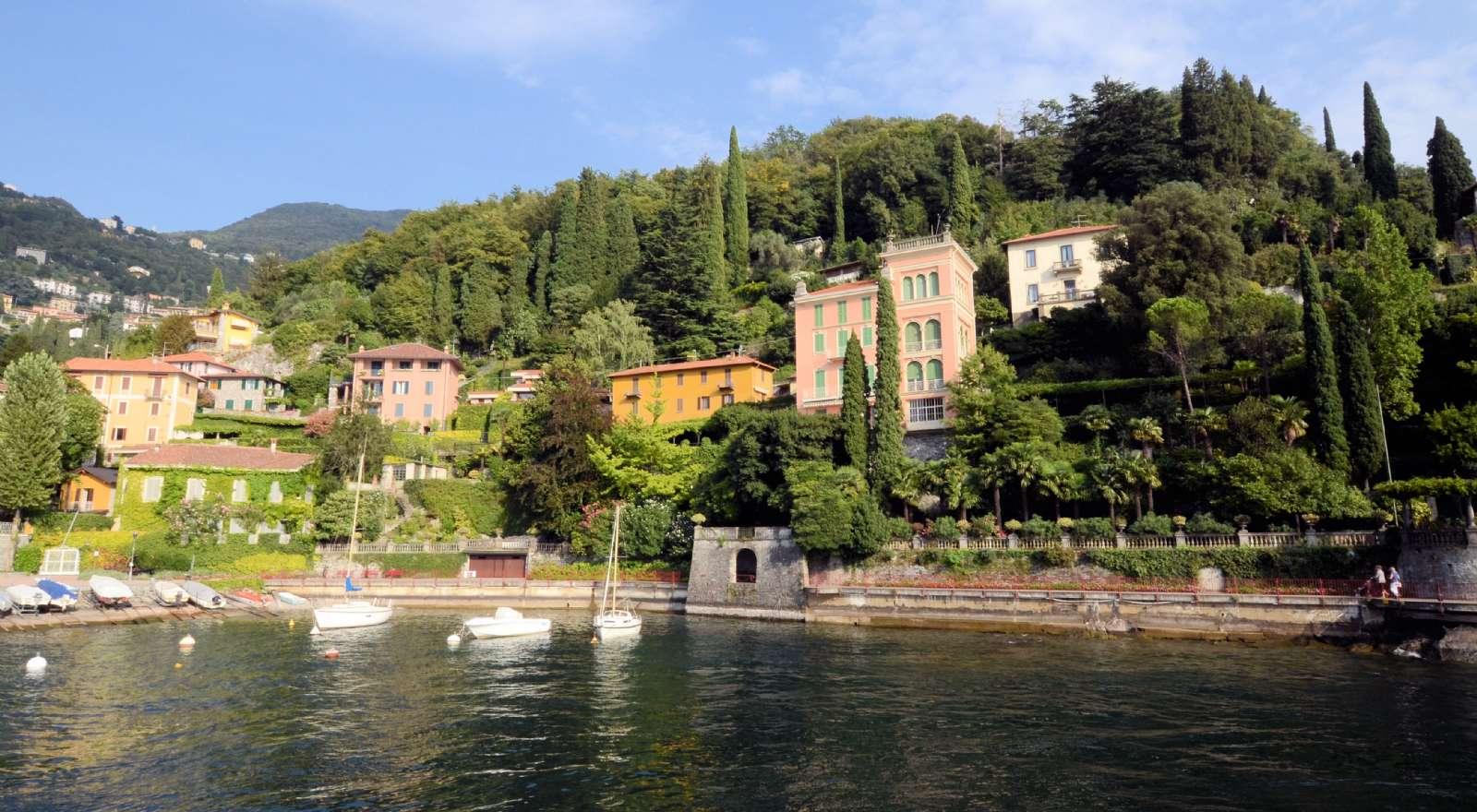 Elegante villaer med søudsigt