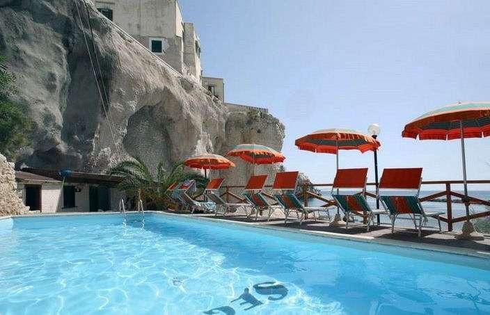 Pool med panorama utsikt