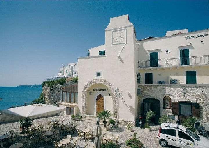 Hotellet ligger ut till det lilla torget Largo Seggio