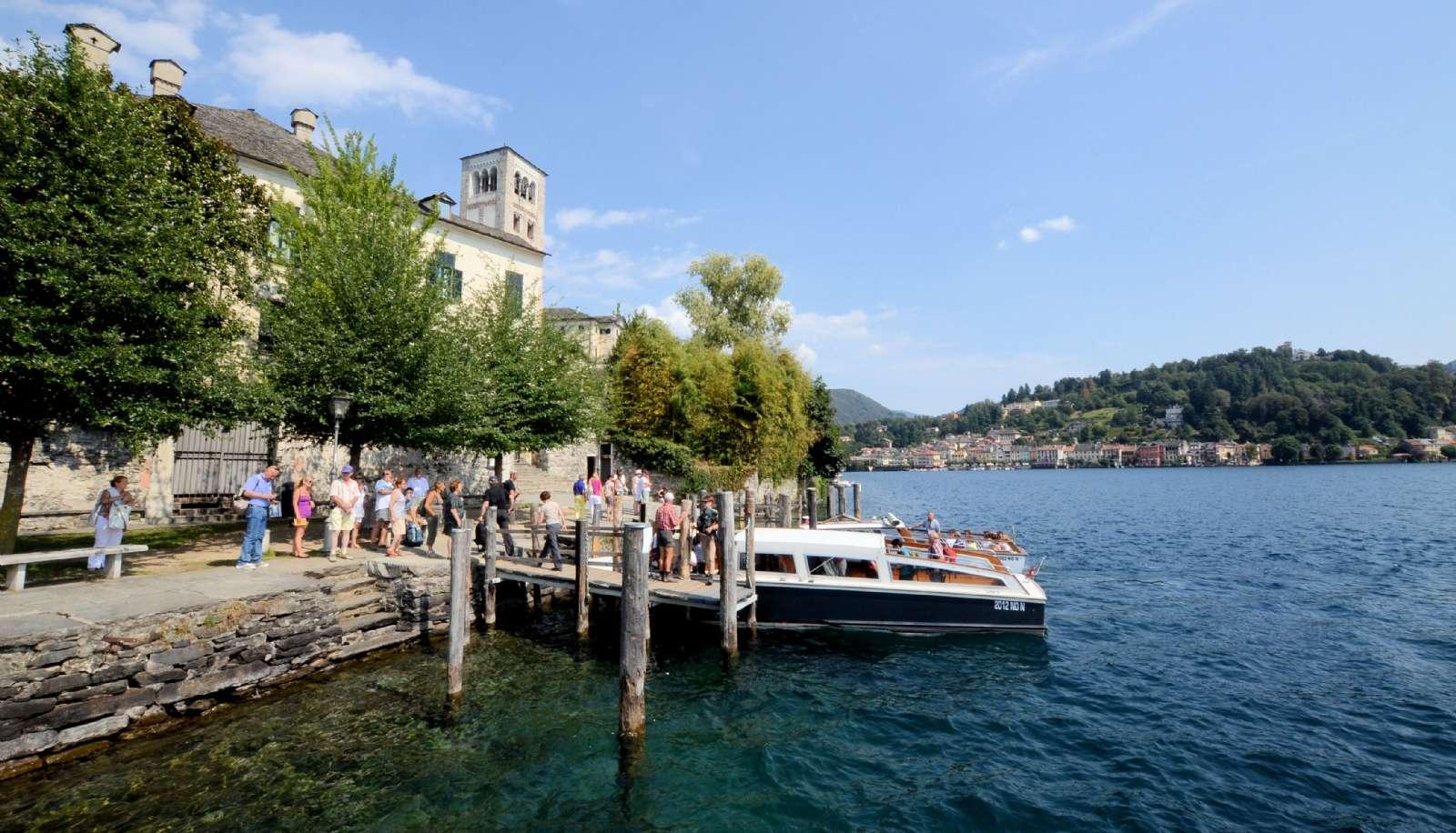 Båtfarten ger möjlighet att besöka både ön Isola San Giulio och städerna längs sjön