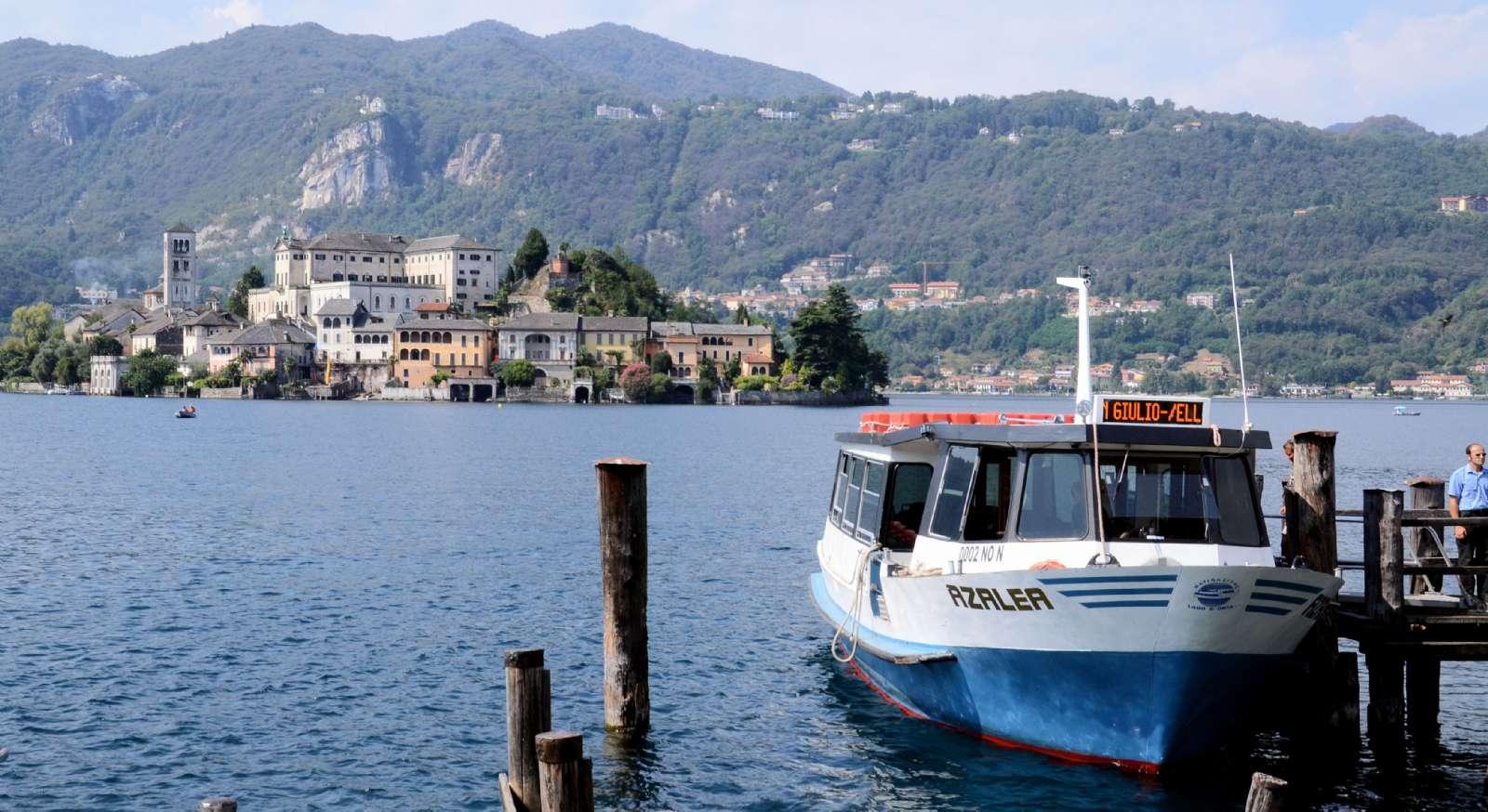 Udsigt mod klosterøen fra byen Orta San Giulio