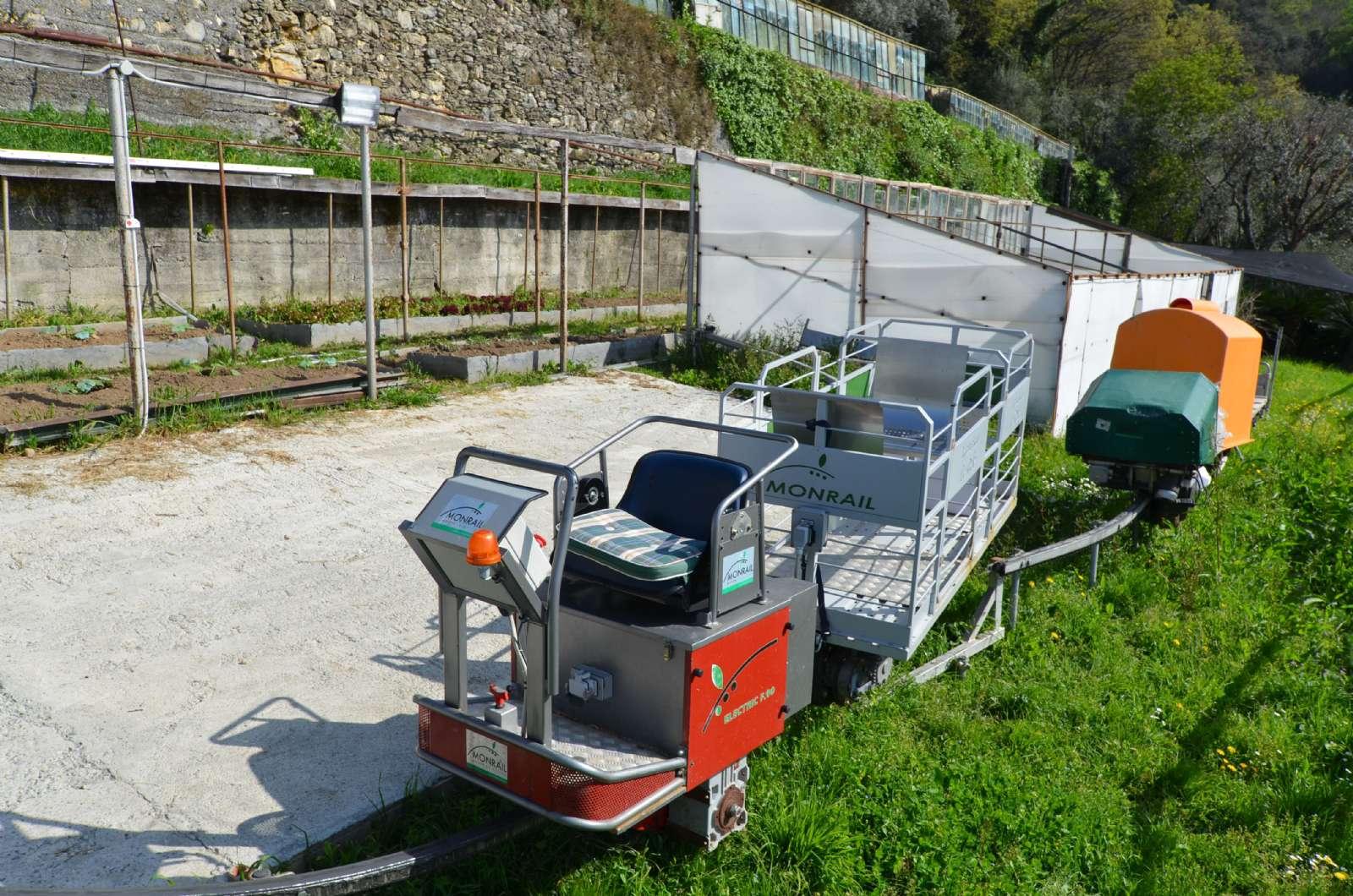 Den lilla bagagevagn på skenor från parkeringsplatsen
