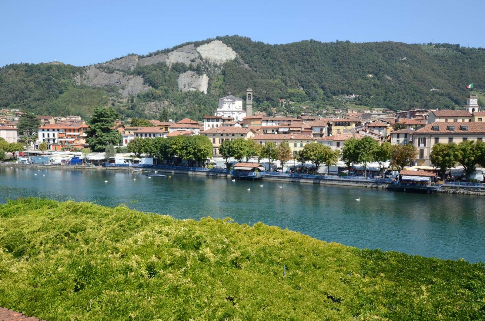 De flesta av rummen har utsikt över sjön och byn Sarnico på andra sidan