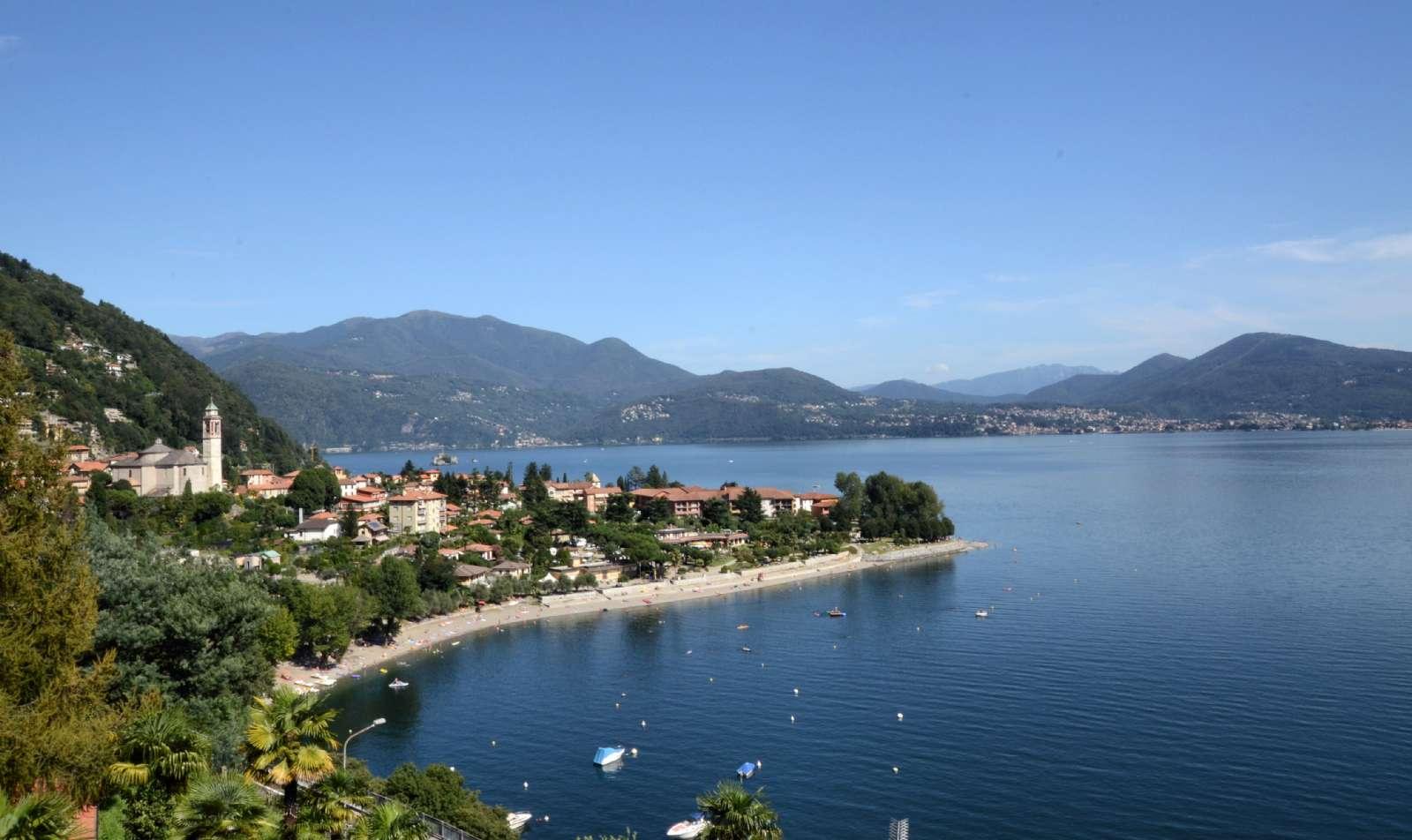 Utsikten mot Cannero Riviera och sjöstranden från hotellet