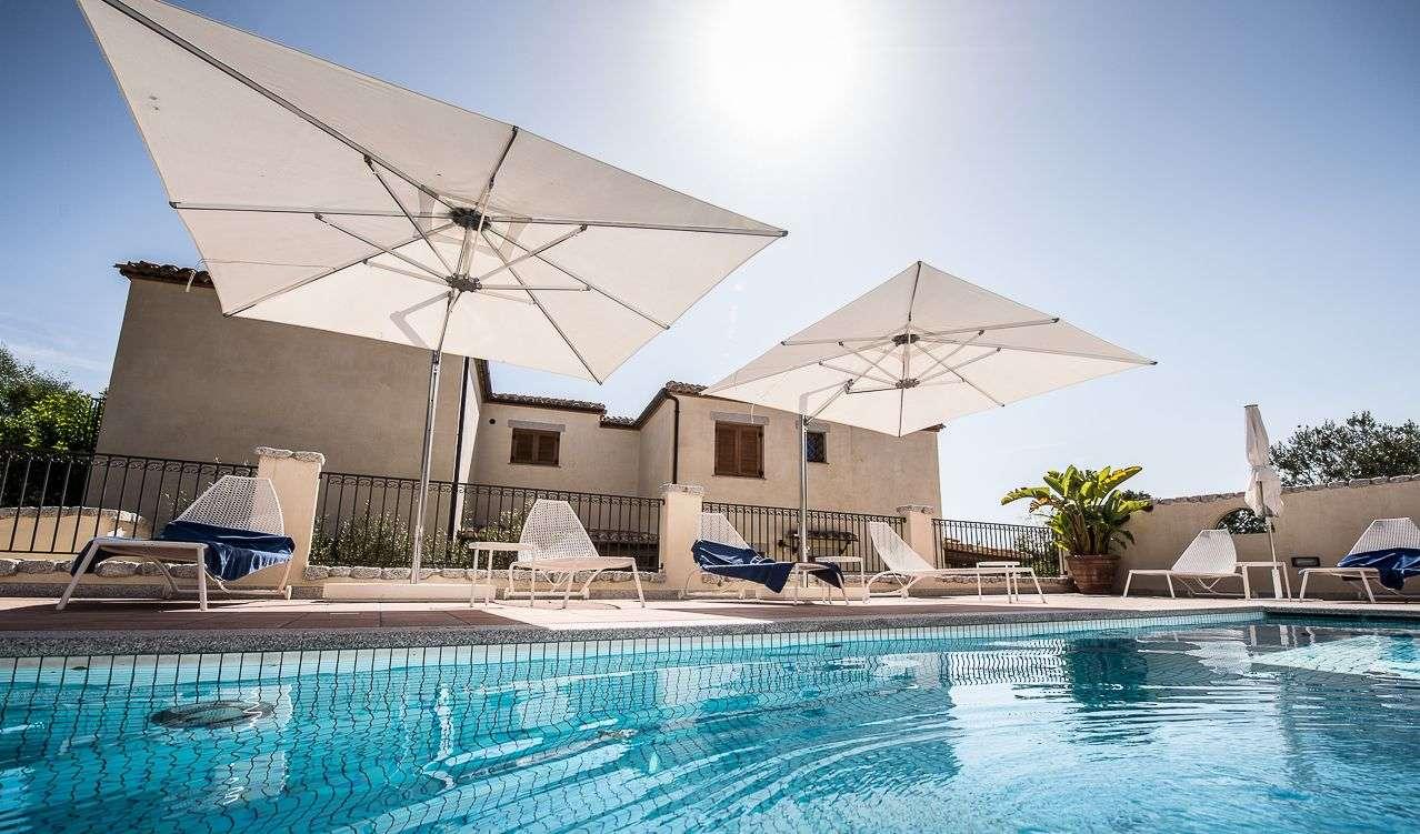 Privat pool till de fem superior lägenheterna i Villa