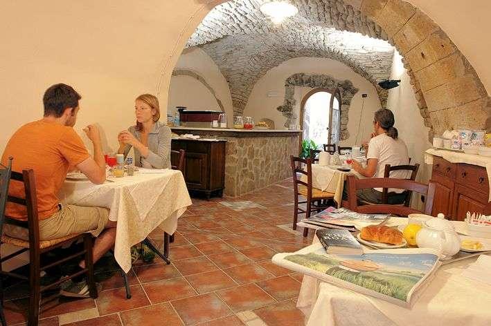 The breakfast room at La Vite & L'Oleandro