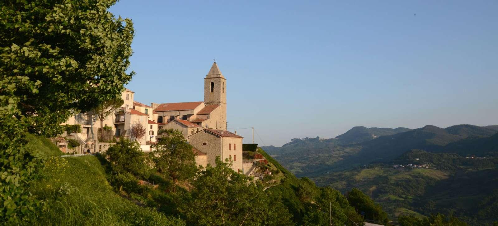 Kig til en af kirkerne i byen Agnone i Molise. Byen er kendt for sine kirkeklokkeproduktion.