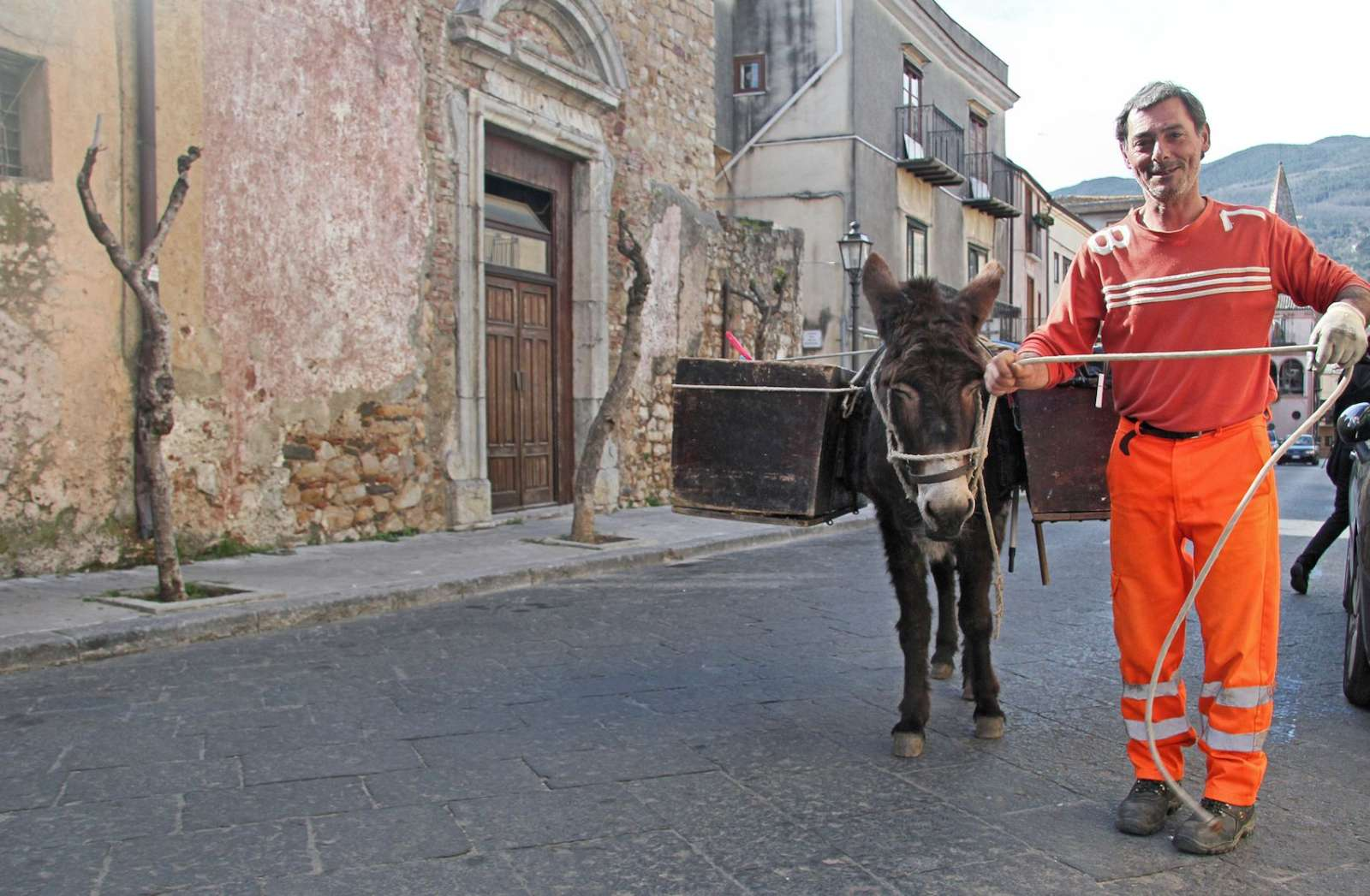 Mario dirige l'ânesse Valentina dans les ruelles de la ville.