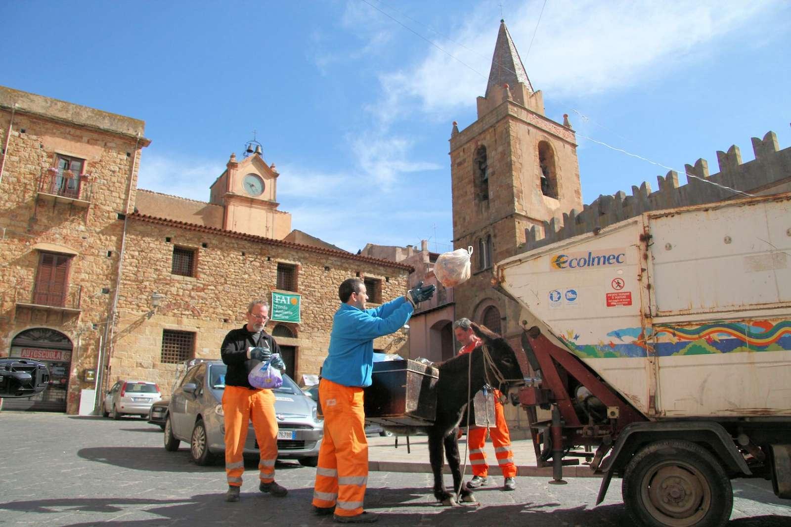 Les déchets sont transportés à dos d'âne.