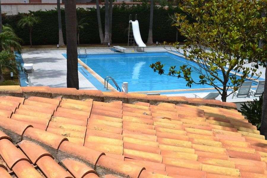 Utsikt över pool från andra våning