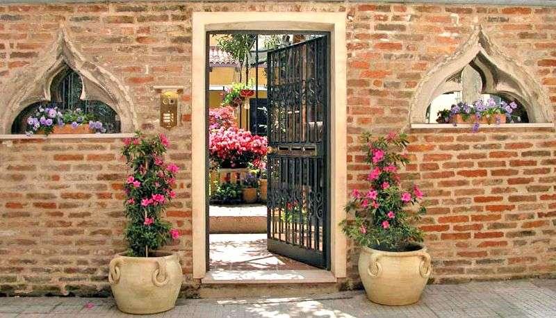 Ingången till Appartamenti Al Campanile Madonna dell'Orto