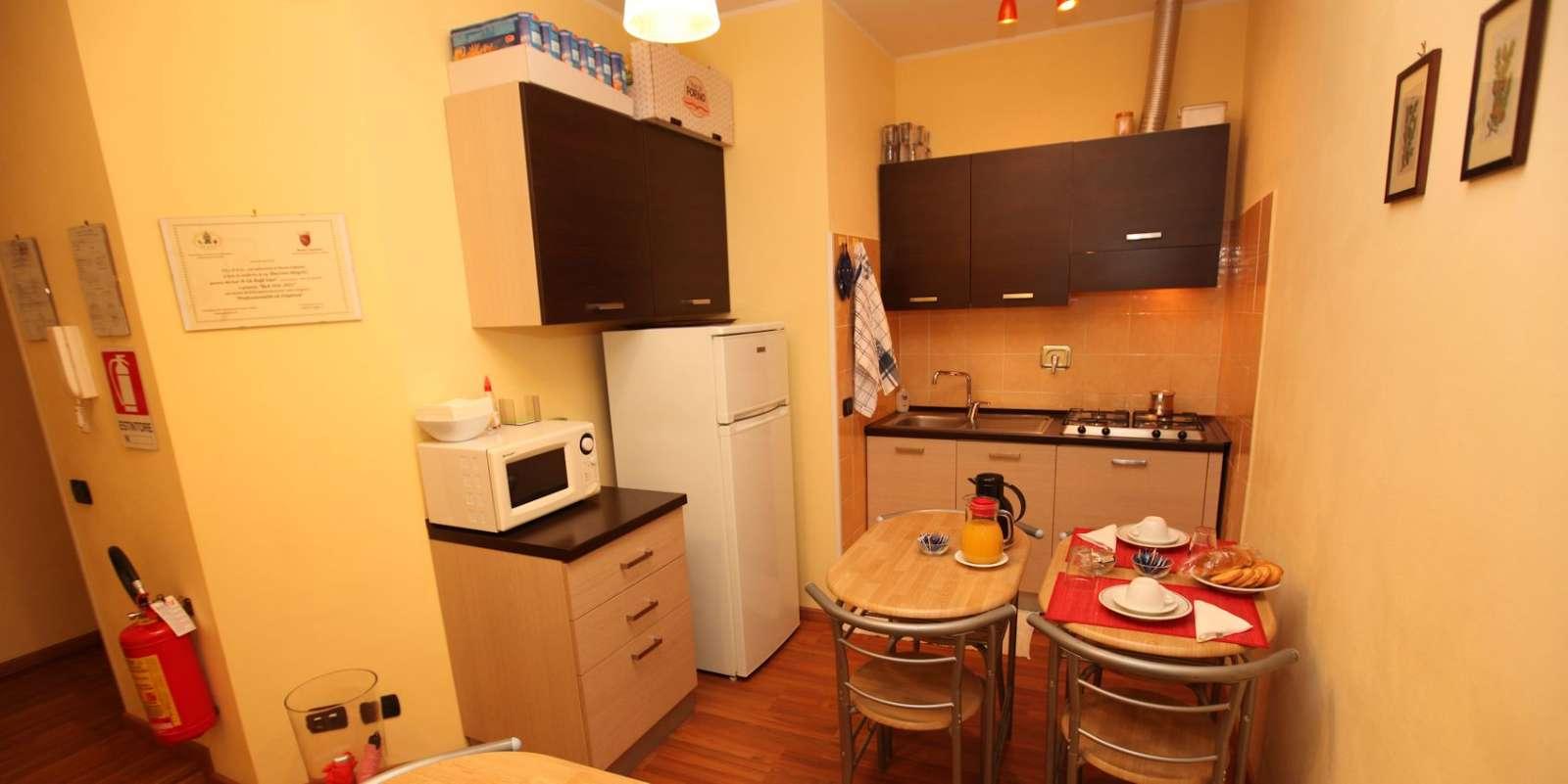 Køkkenet og bordene til morgenmad