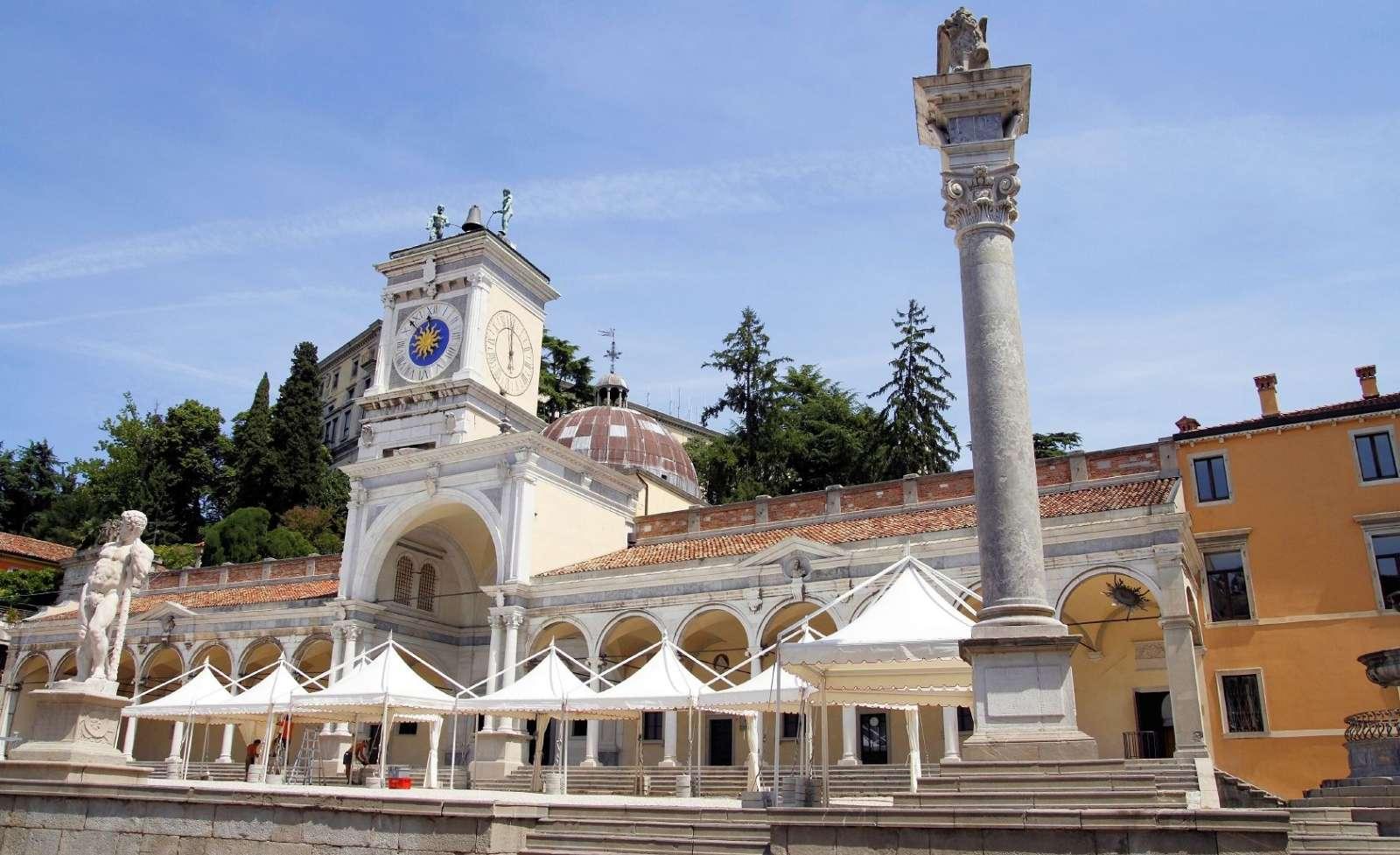 Piazza della Libertà, Loggia di San Giovanni og Torre del'Orologio