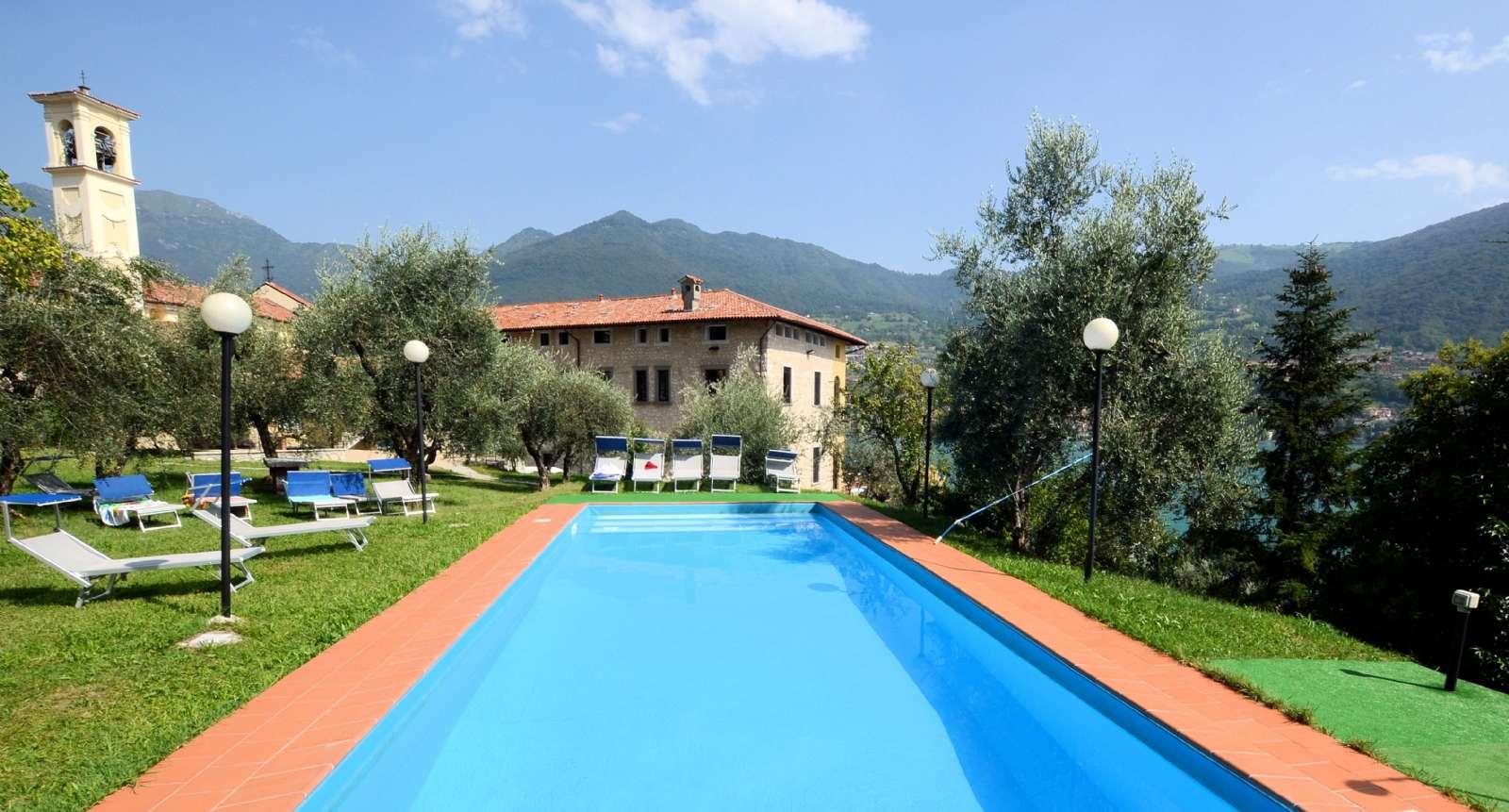 Historisk byggnad med pool
