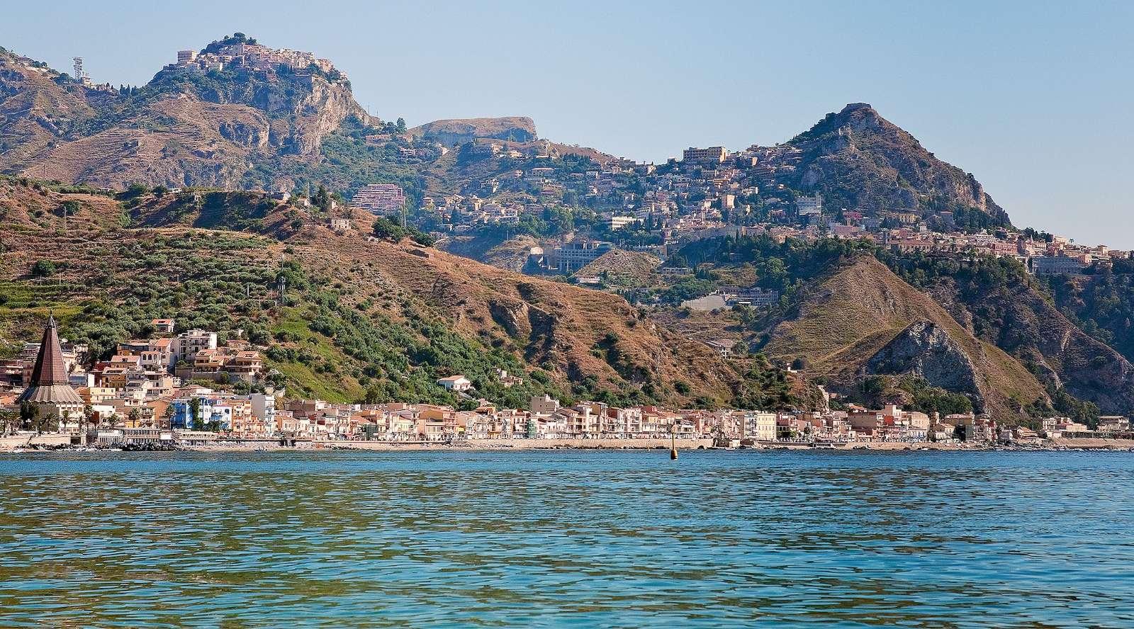 Giardini Naxos mit Taormina und Castelmola im Hintergrund