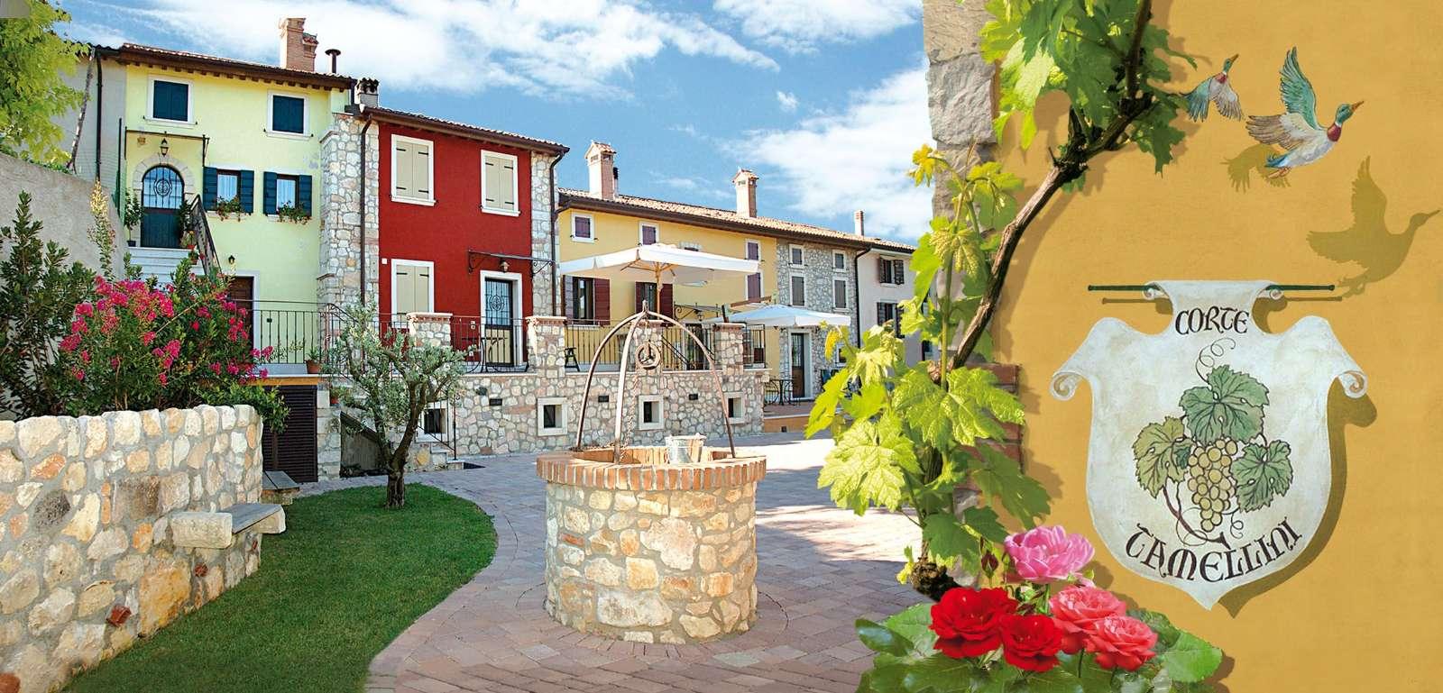 Le bâtiment jaune à gauche est Da Enso, le bâtiment rouge est Da Tina, tandis que La Stalla et Il Fienile se trouvent dans le bâtiment orange