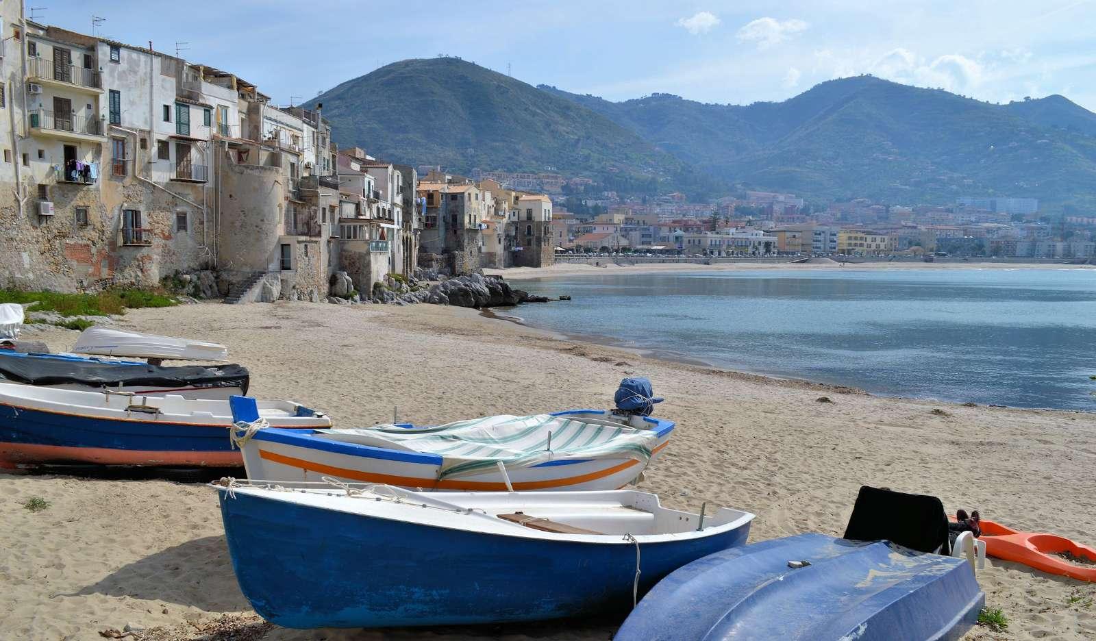 Stranden vid den gamla hamnen i Cefalù